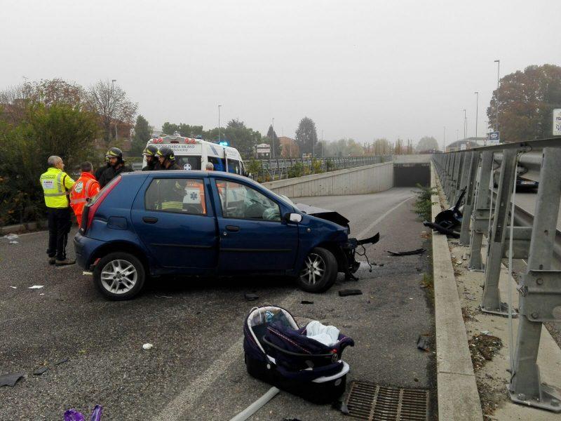 Auto si schianta contro guard rail