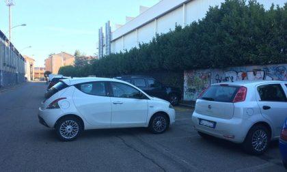 Dimentica il freno a mano e l'auto finisce in mezzo alla strada