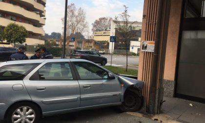 Auto contro una casa grave il conducente