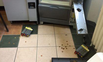 Macchinetta degli snack forzata con una pinza, un arresto