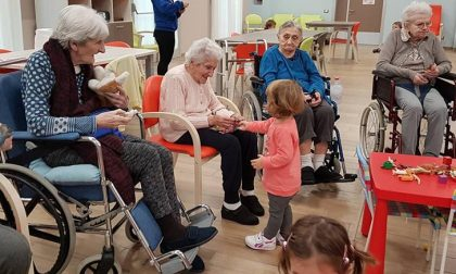 Bimbi e nonni assieme preparano il Natale in casa di riposo