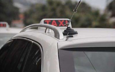 Si rifiuta di portarli in giro: tassista aggredito da un gruppo di ragazzi