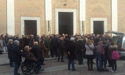Folla per l'addio alla maestra Aldina Cozzi FOTO