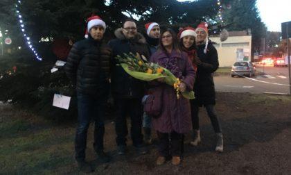 La storica maestra accende l'albero di Natale a Cerro Maggiore