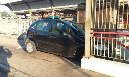 Auto fuori strada si incastra nelle scale della stazione LE FOTO