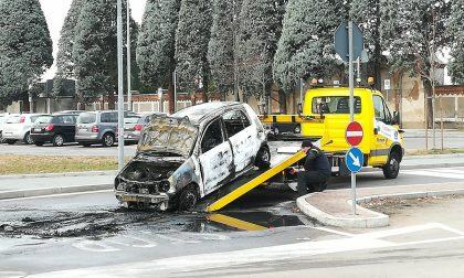 Auto in fiamme in stazione, la rimozione e le foto