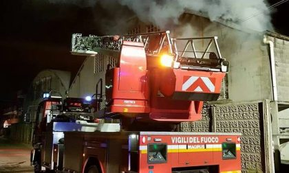 Incendio nella notte in un capannone di via Legnano