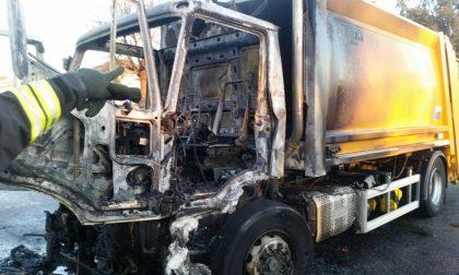 Brucia il camion della spazzatura