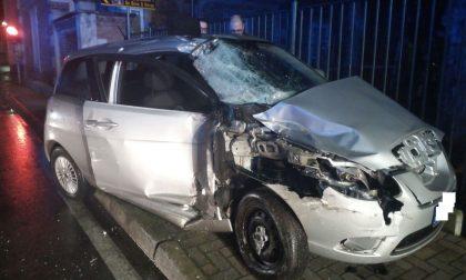 Violento schianto tra un'auto e un furgone del mercato - LE FOTO