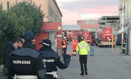 Incendio in ditta a Baranzate: fuoco a due passi dall'Albero della Vita. VIDEO