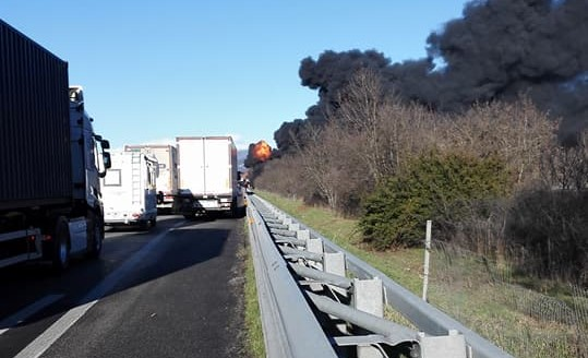 Incidente in A21, a fuoco camion con cisterna: paura in autostrada