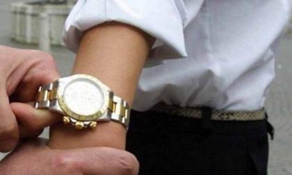 Ruba dal polso del pensionato l'orologio prezioso e lo ferisce