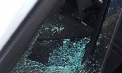 Rompono i finestrini delle auto per rubare