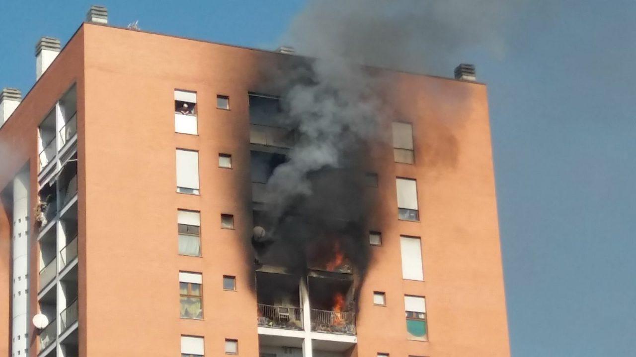 Incendio in un palazzo a Milano
