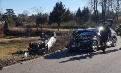Incidente frontale a Pianbosco, auto ribaltata