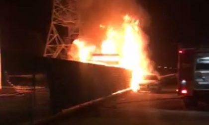 Incendio deposito, a fuoco un pullman e due auto  VIDEO e FOTO