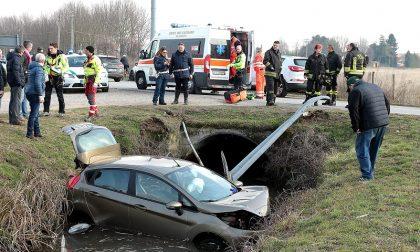 Malore al volante: donna di 66 anni con l'auto nel fosso a Gudo Visconti