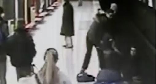 Bimbo cade sui binari della metro, lo salva un ragazzo