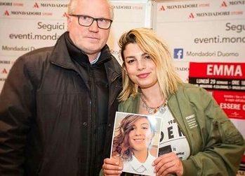 Emma con il papà di Federica, lui le dona una foto della figlia