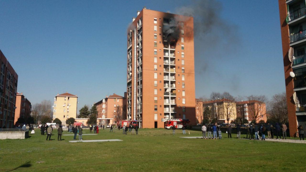 Incendio in un palazzo: gravissimo un bambino