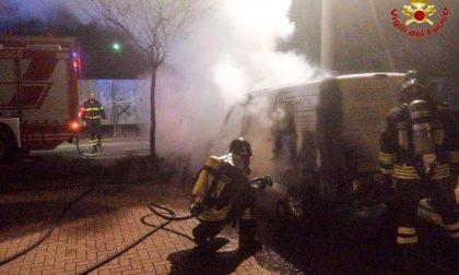 Veicolo in fiamme a Fagnano Olona