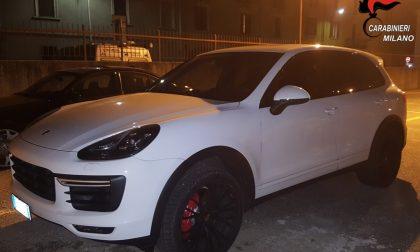 Ruba una Porsche Cayenne ma incrocia i carabinieri: preso