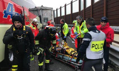 Grave incidente in autostrada tra autobus e Tir Arriva l'elicottero