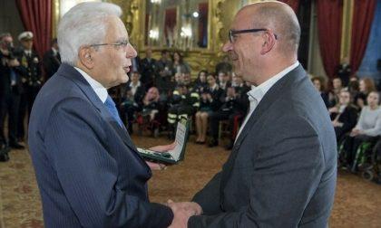 Mattarella consegna l'onorificenzaa don Paolo