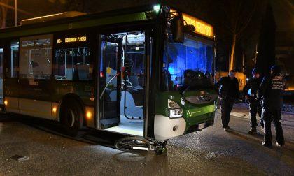 Grave un ciclista travolto da un bus FOTO