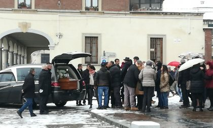 Il funerale della donna morta dopo aver bevuto dell'acido