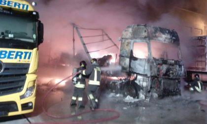 Incendio in ditta, tre camion a fuoco