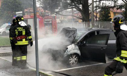 Auto in fiamme, paura a Nerviano FOTO E VIDEO