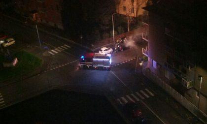 Auto in fiamme nella notte a Rho