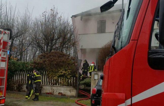 Spaventoso incendio in una cartiera a Cologno: evacuato un intero edificio
