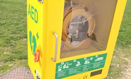 Vandali spaccano la teca del defibrillatore strumento salvavita