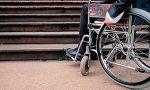 Botte al disabile che aggredisce i passanti