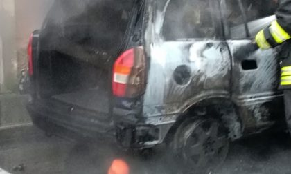 Maldestro 51enne causa l'incendio di un'auto