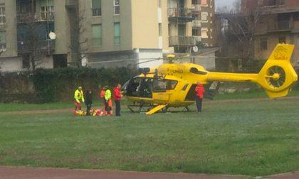 Perde il controllo dell'auto e finisce fuori strada: i due feriti sono di Settimo Milanese