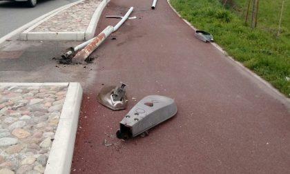 Abbatte un lampione che cade sulla pista ciclabile