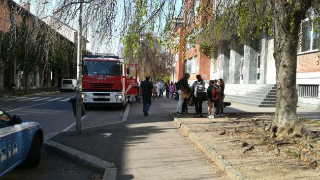 Busto Arsizio, crolla il soffitto in classe: ferite tre bambine