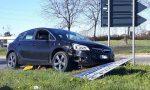 Auto abbatte i cartelli stradali