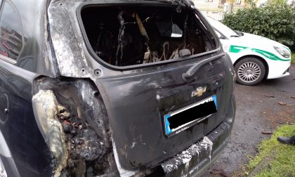Auto in fiamme a Settimo Milanese FOTO