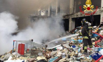 Rifiuti incendiati nell'ex capannone di via Grassi: intervento in corso VIDEO