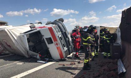 Furgone della Croce Rossa Italiana si ribalta sull'A8 FOTO e VIDEO