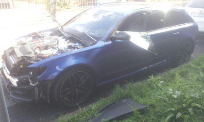 Distruggono l'auto per rubarne i pezzi