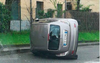 Una donna si è ribaltata con la sua auto in Corso Europa