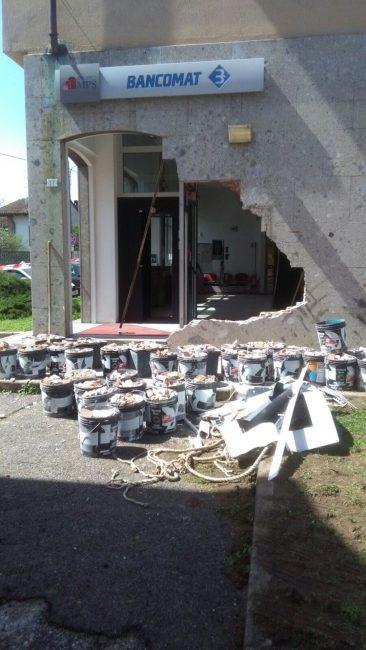 Besate: rubano trattore e sfondano muro della banca