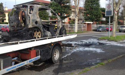 Auto in fiamme vicino al campo sportivo di Corbetta