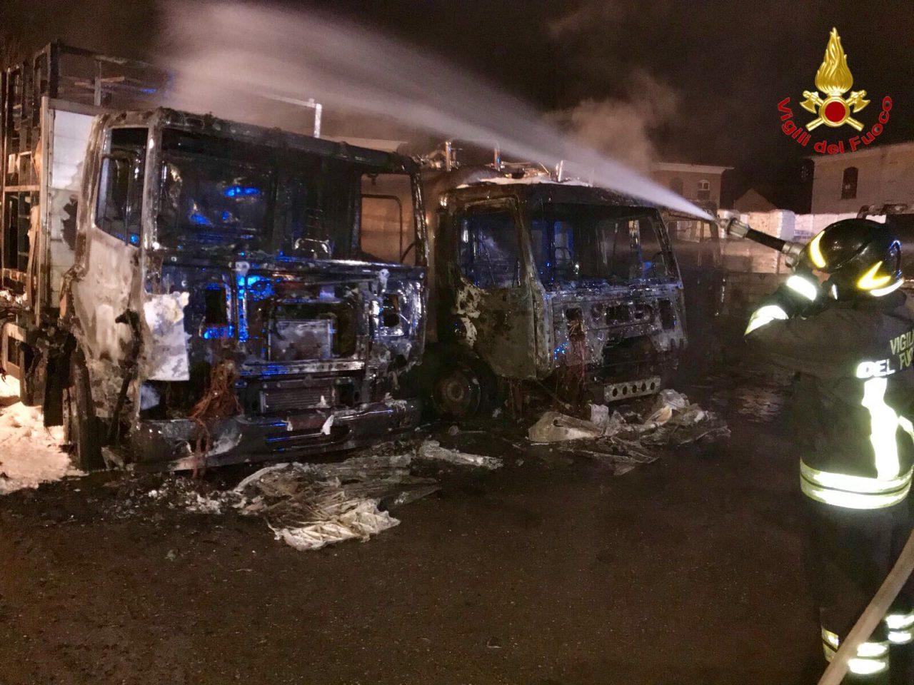cinque camion in fiamme
