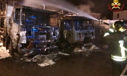 Cinque camion in fiamme a Castiglione Olona FOTO